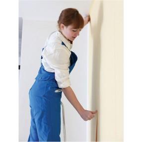 Applica il nastro conduttivo alla parete assicurandoti di avere seguito le tracce precedentemente segnate.       Per effettuare le curve e  i cambi di direzione desiderati piega  il nastro con il  giusto angolo di inclinazione.